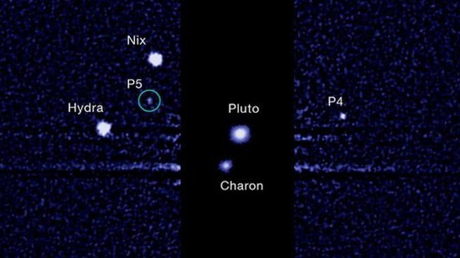 Snímek Hubbleova vesmírného dalekohledu s vyznačeným měsícem P5
