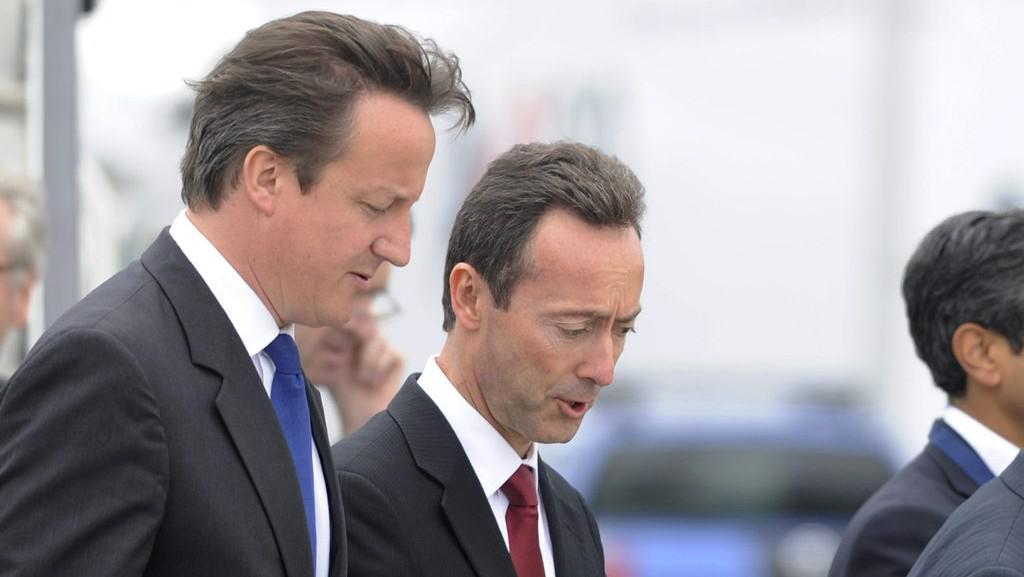 Britský premiér David Cameron a výkonný ředitel Airbusu Fabrice Bregier při prohlídce letadla Airbus A380