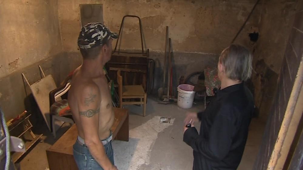 Lidé bez domova pracují na opravě domu