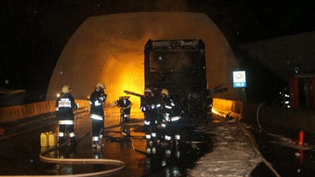 Zadní část autobusu shořela těsně před tunelem