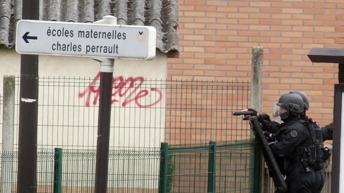 Ve francouzské škole drží útočník rukojmí