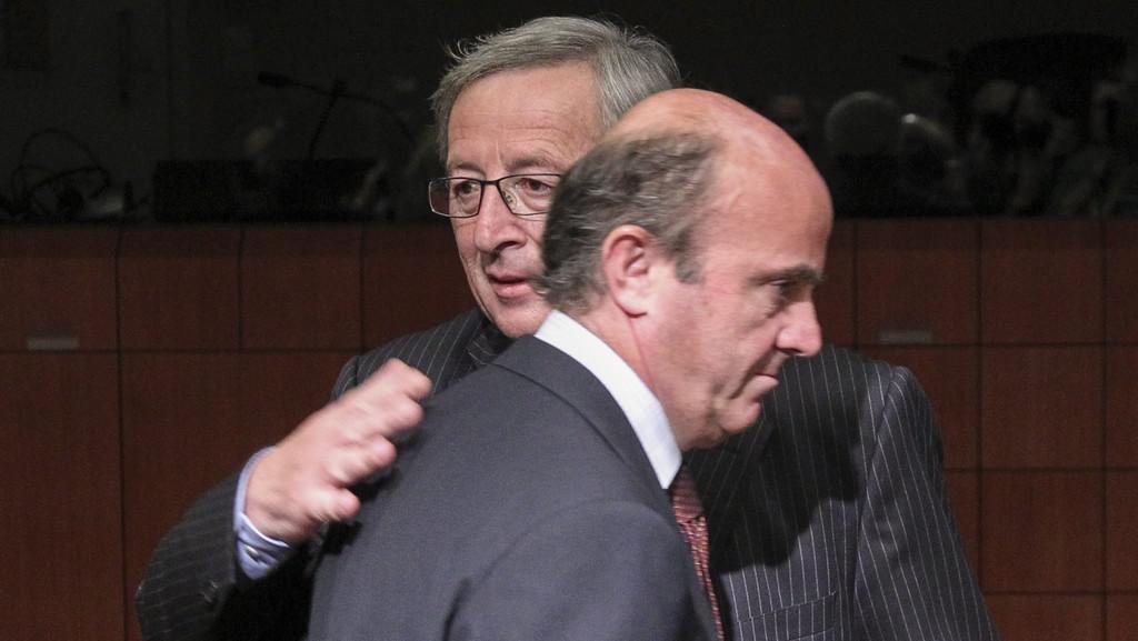 Jean-Claude Juncker a španělský ministr financí Luis de Guindos