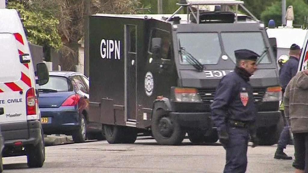 Francouzská policie před domem Mohammeda Meraha