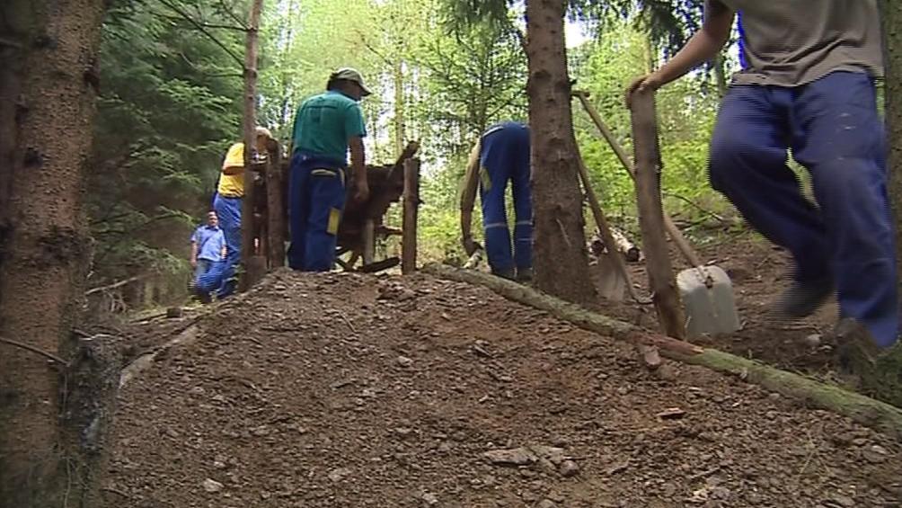 Dělníci odstraňují nelegální freeridovou dráhu