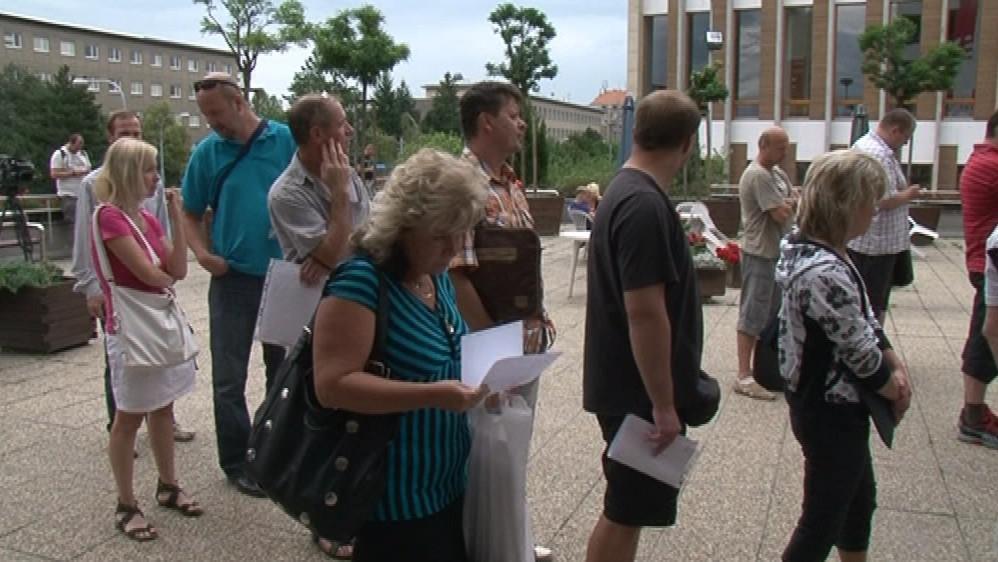 Už od rána čekaly před registrem vozidel v Brně desítky lidí