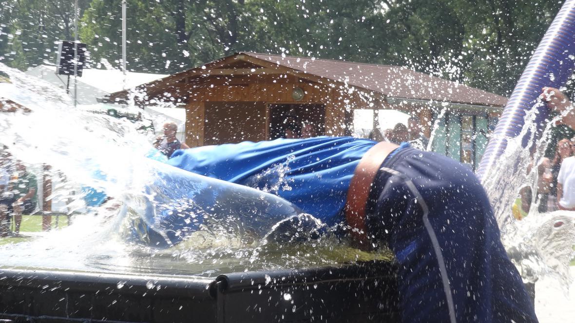 Voda v nádrži byla pro soutěžící jediným osvěžením