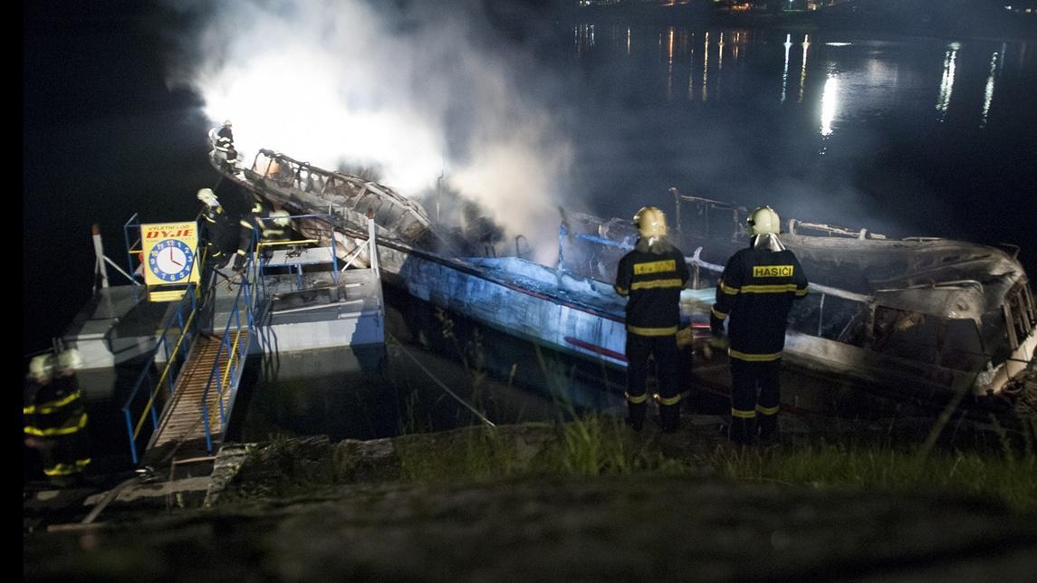Hasiči u hořící lodi Dyje