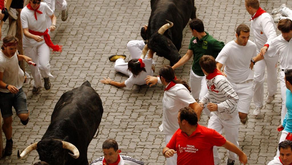 Býk táhl mladíka několik metrů po zemi