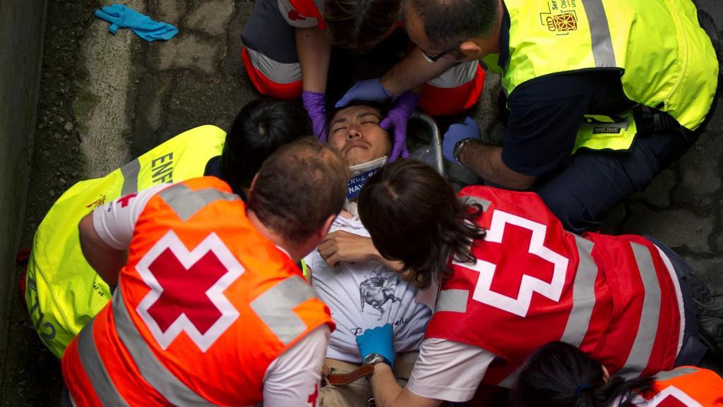 Lékaři ošetřují zraněného muže