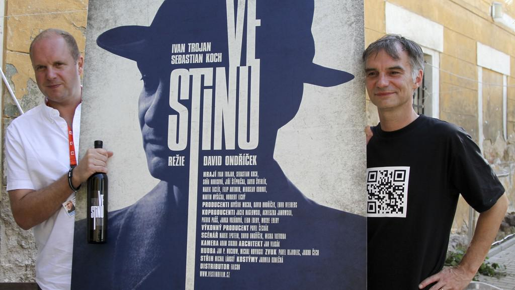 David Ondříček a Ivan Trojan s plakátem filmu Ve stínu