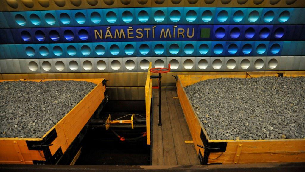 Oprava výhybky ve stanici metra Náměstí Míru