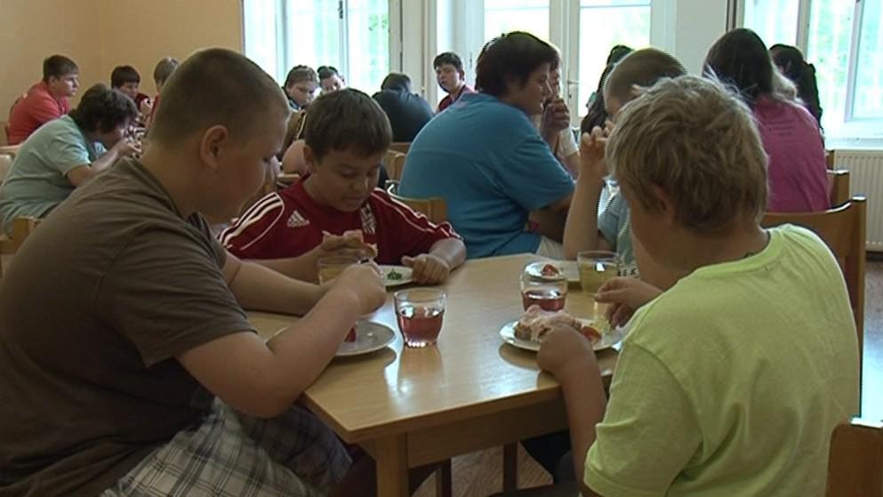 Děti jedí šestkrát denně a menší porce