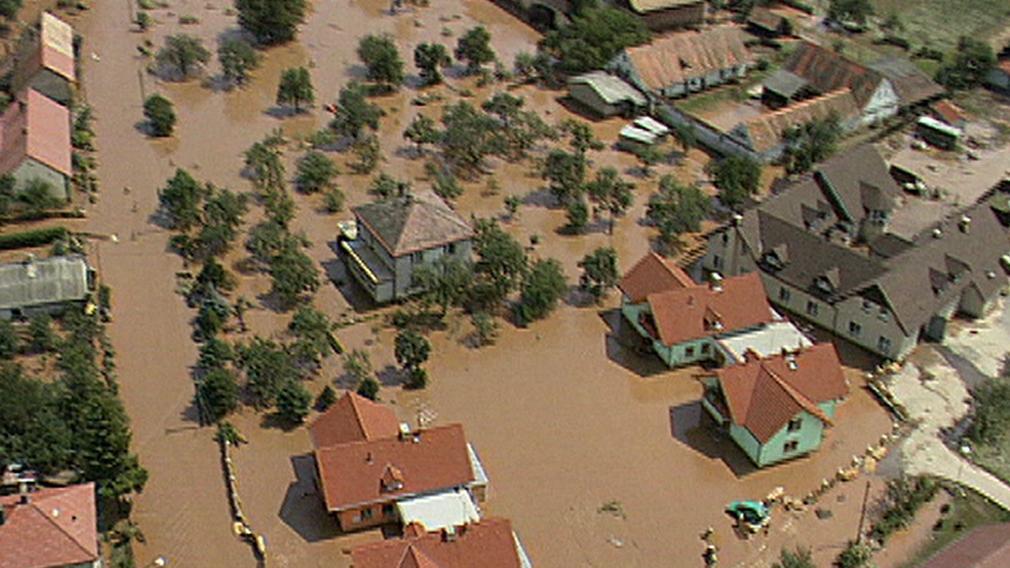 Letecké záběry zatopených domů