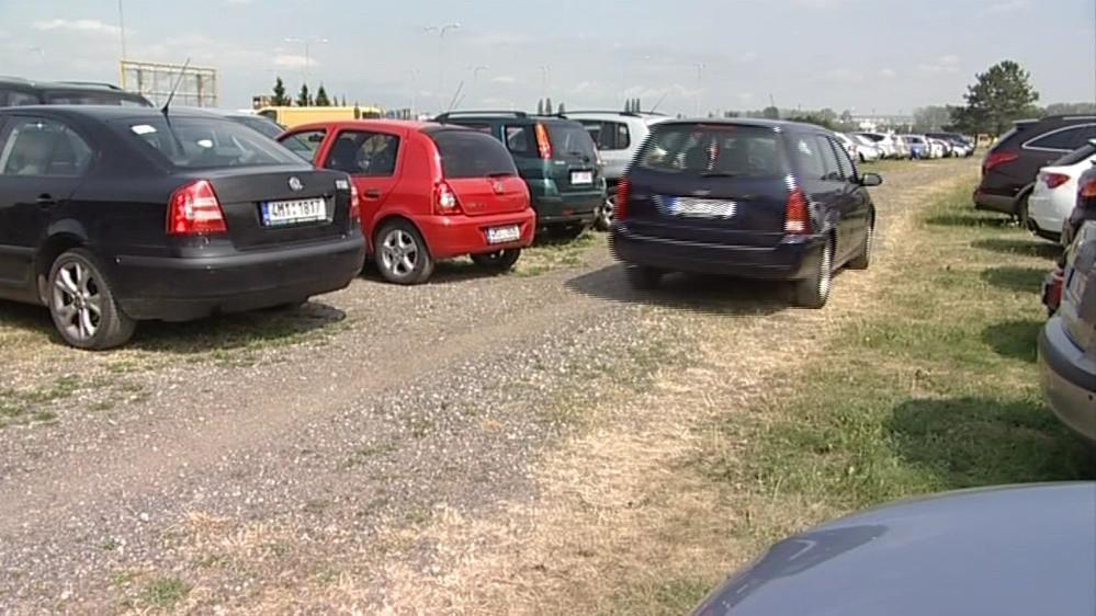 Na trávě parkují stovky aut
