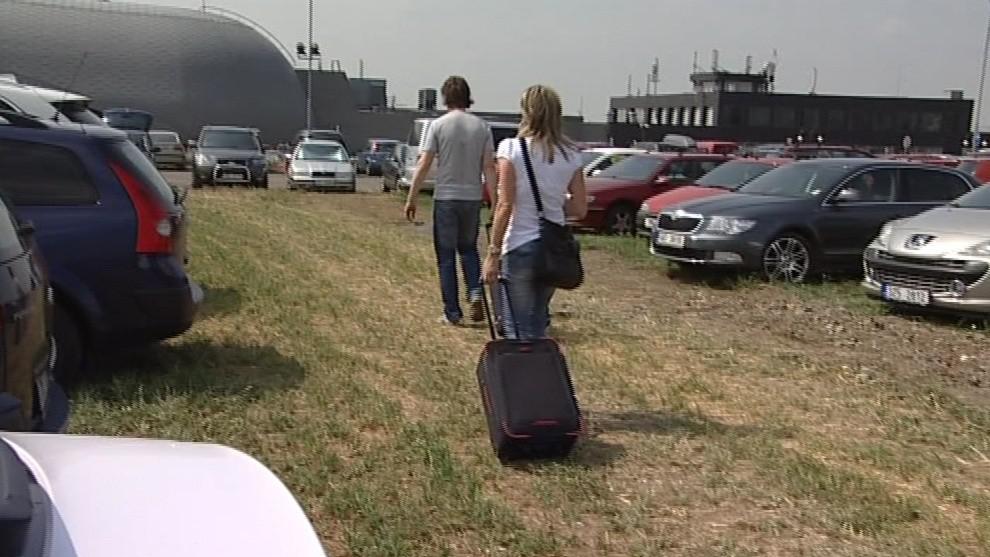 Jinde než na trávě se v letní sezoně často zaparkovat nedá