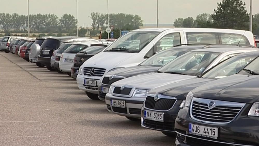 Přeplněné parkoviště na brněnském letišti