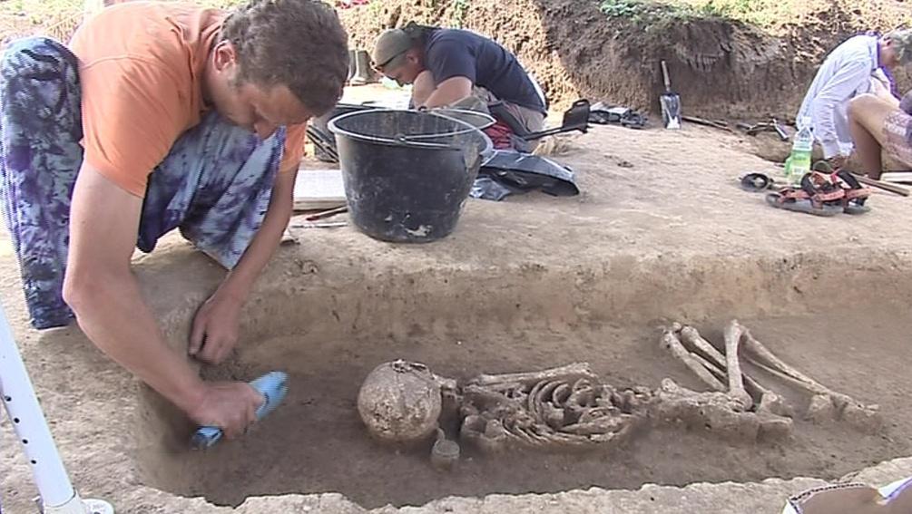 Archeologové při odkrývání hrobů v Hroznové Lhotě