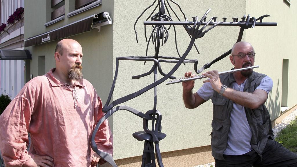 Ian Anderson z Jethro Tull u své nadživotní sochy v Karlových Varech