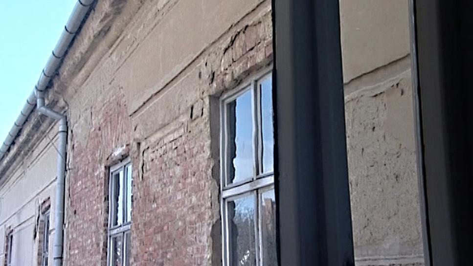 Fasáda z budovy už opadala