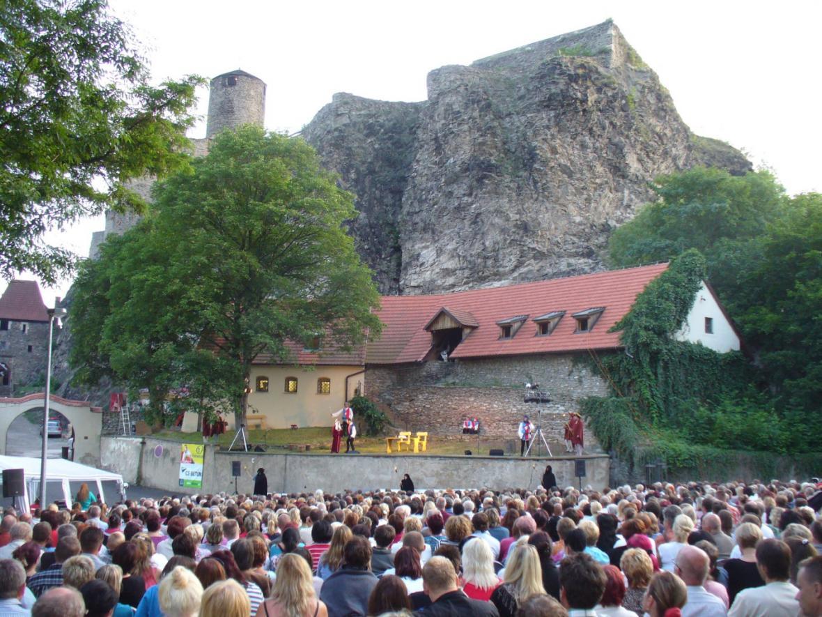 Z představení na hradě Střekov v Ústí n. L.