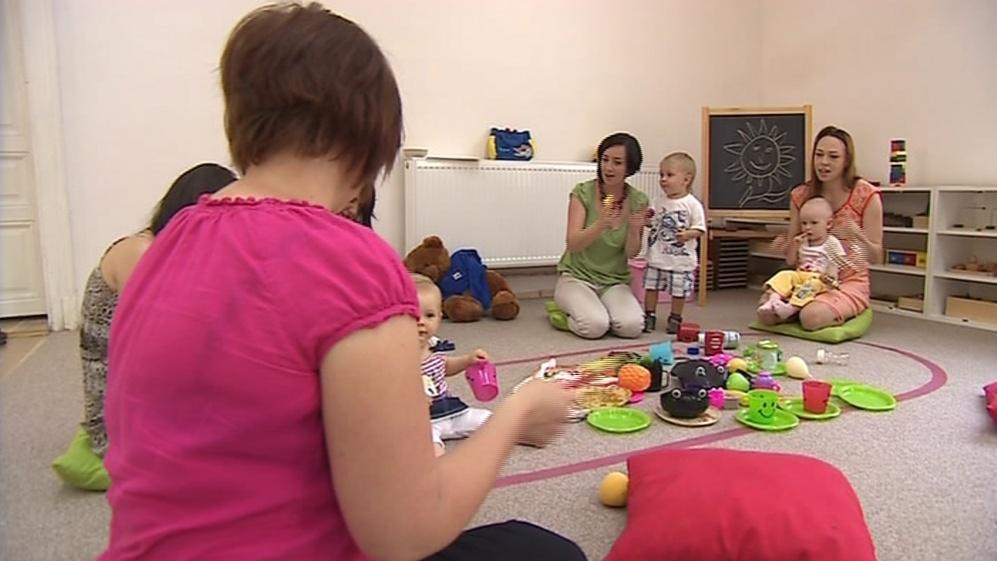 Děti se učí znaky pomocí písniček a hraček