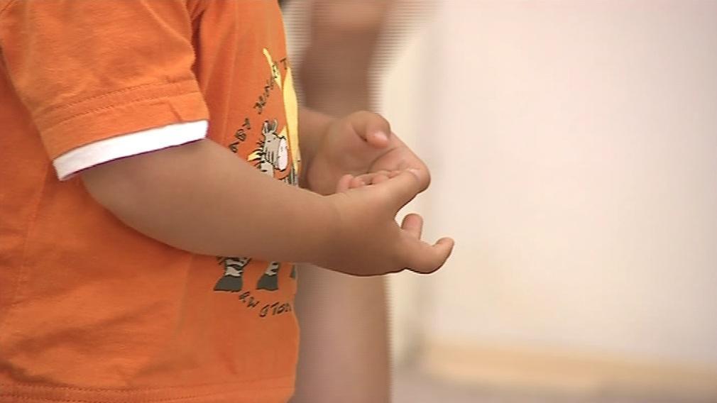 Pomocí rukou děti mluví se svým okolím