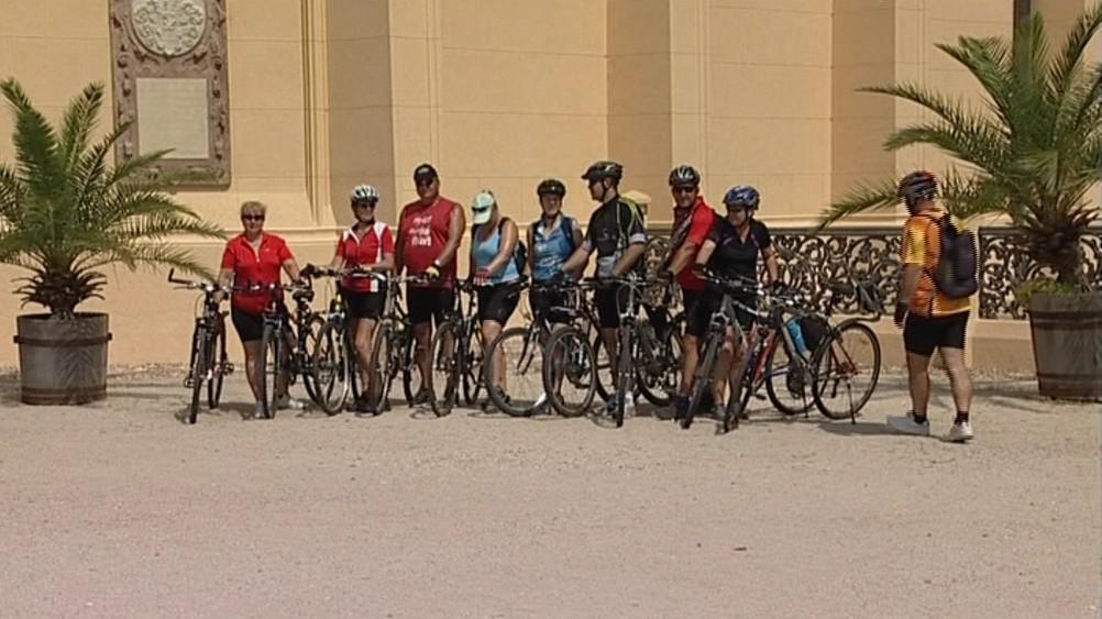 Cyklisté u lednického zámku