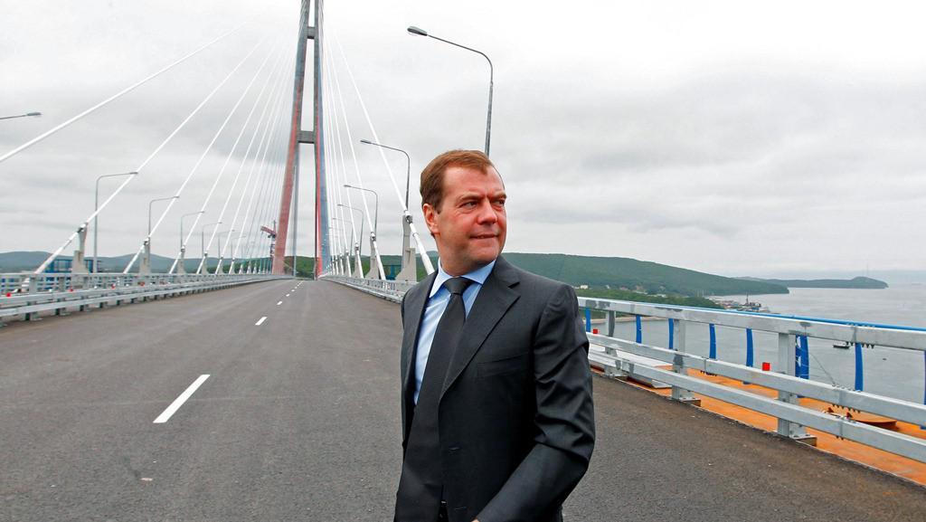 Dmitrij Medvěděv na novém mostě na Ruský ostrov