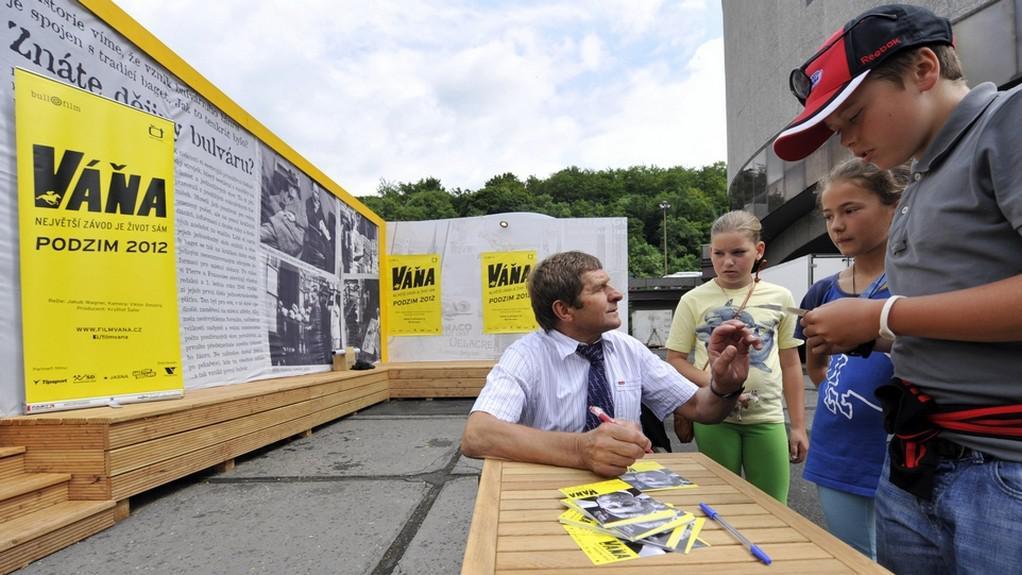 47. MFF KV: Josef Váňa při autogramiádě