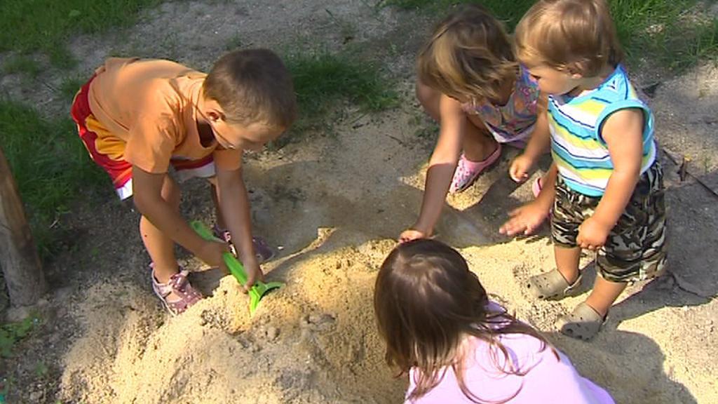 Děti při hře na písku
