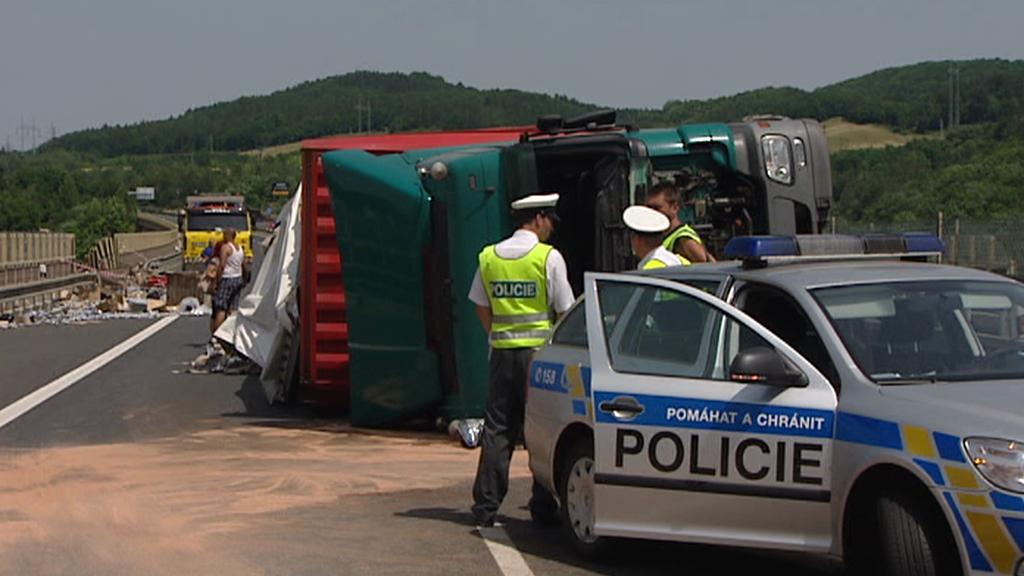 Policisté u nehody kamionu