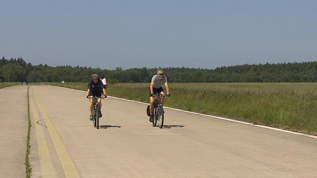Cyklisté na dráze letiště v Ralsku