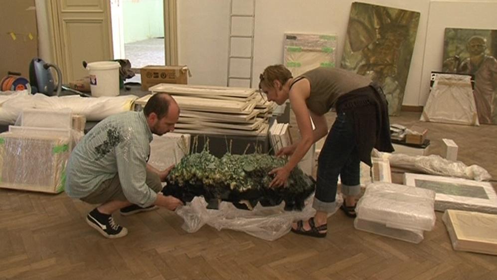 Kurátoři začali s instalací předmětů ze sbírky