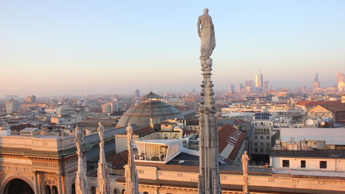 Pohled ze střechy milánského dómu