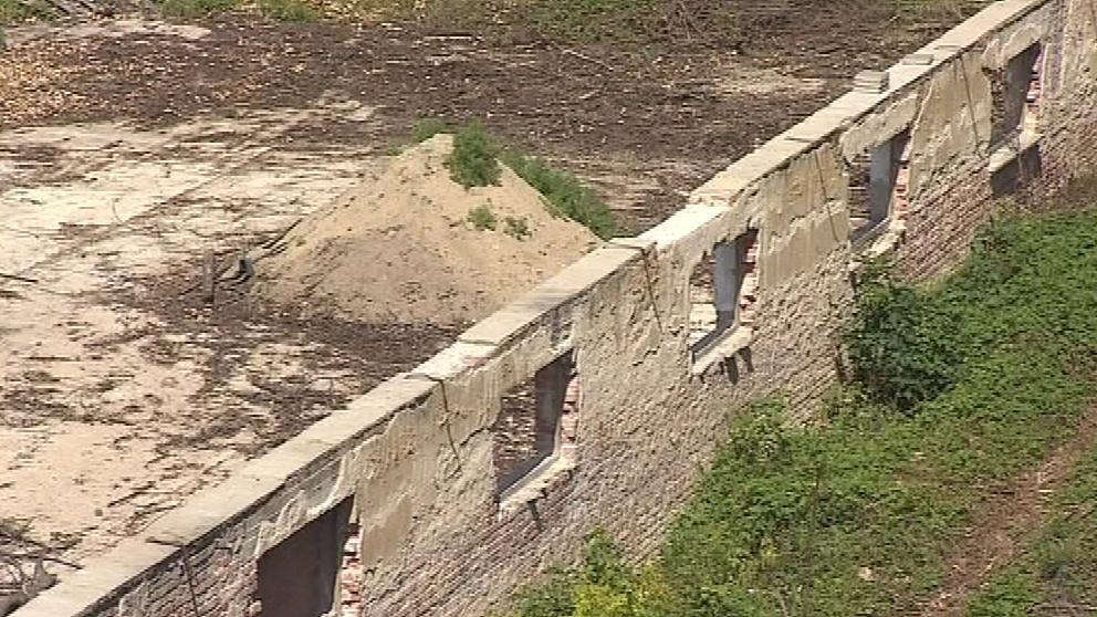 Z budovy kasáren už zbyla jen jedna zeď