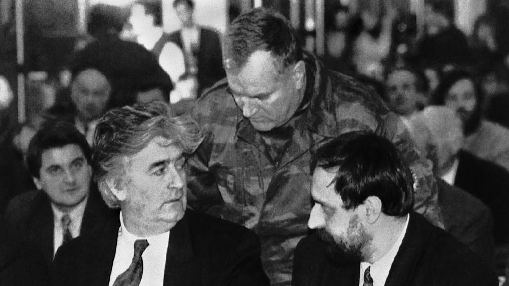 Radovan Karadžić, Ratko Mladić a Goran Hadžić na snímku z roku 1993