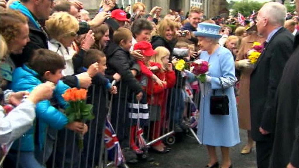Královna Alžběta II. při návštěvě Severního Irska