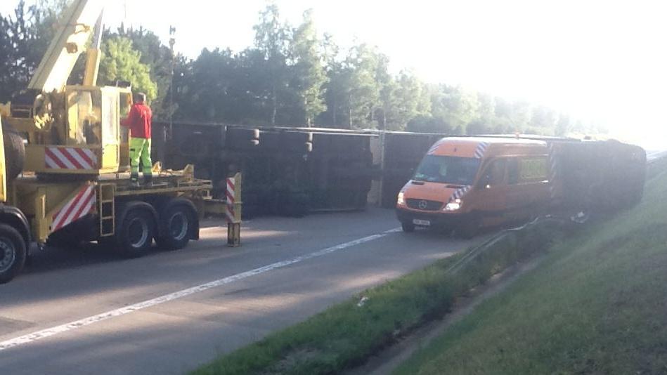 Jeřáb odstraňuje havarovaný kamion