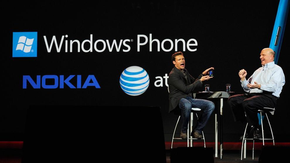 Steve Ballmer a Ryan Seacrest představují Nokiia Lumia 900