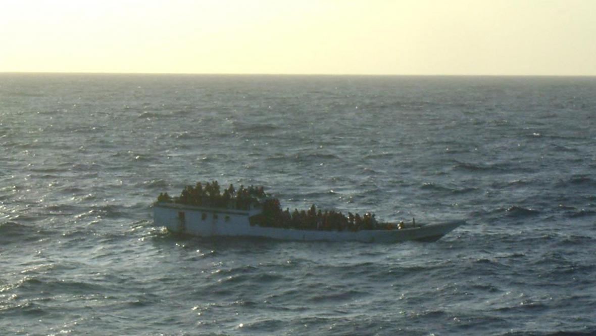 Loď s uprchlíky u Vánočního ostrova