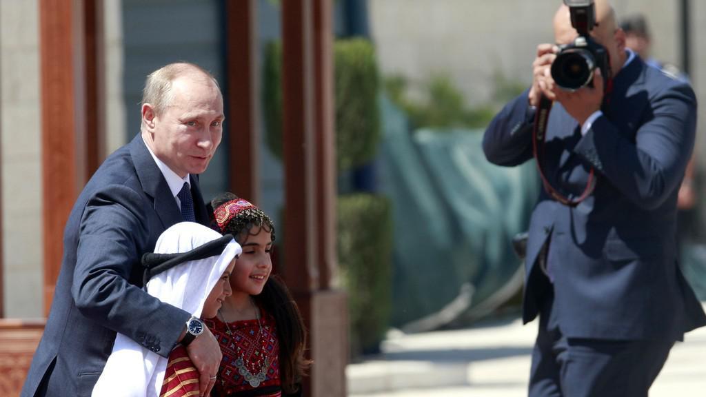 Vladimir Putin s palestinskými dětmi