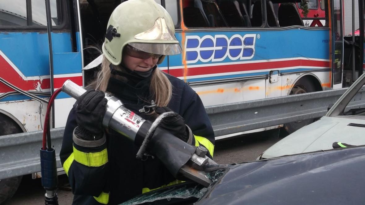 Součástí výcviku bylo i vystříhávání zraněných z auta