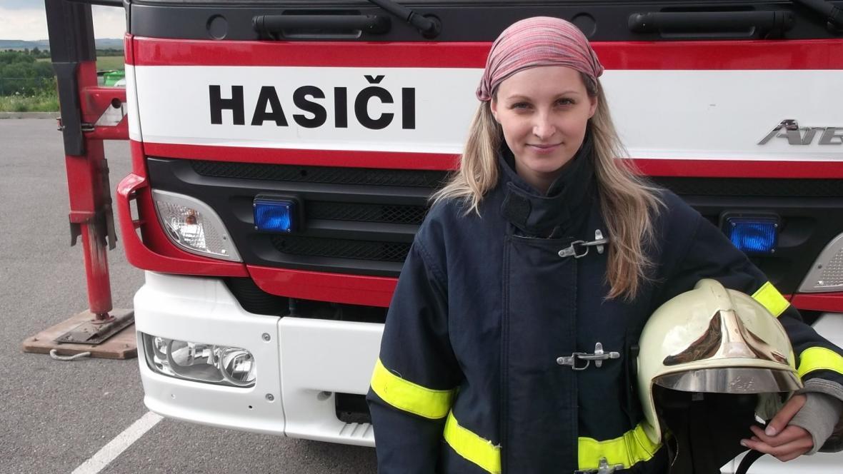 Reportérka České televize Zuzana Neuvirtová prošla výcvikem pro hasiče