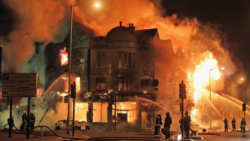 Během nepokojů hořela v Londýně řada budov