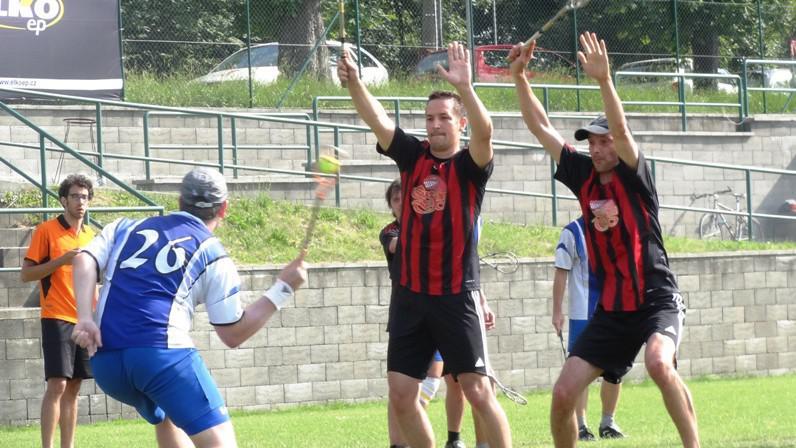 Hráči Gusano Praha blokují pokus o střelu