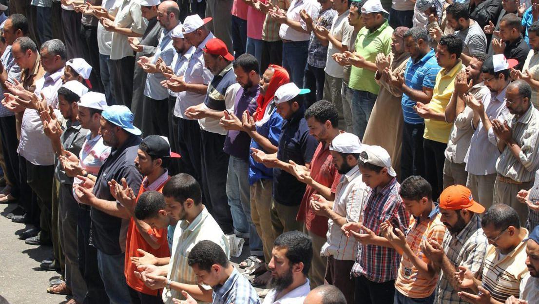Příznivci Mursího a Muslimského bratrstva se modlí během demostrace na náměstí Tahrír