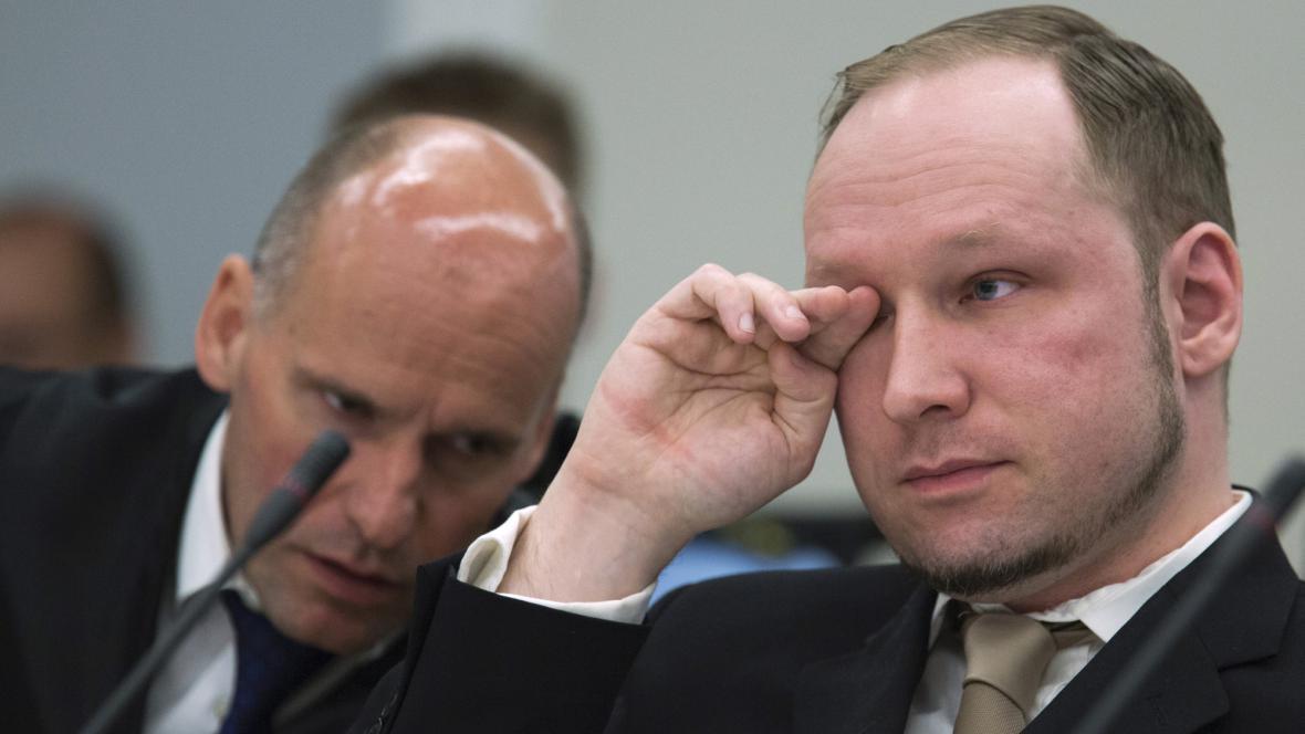 Anders Breivik (vpravo) a jeho obhájce Geir Lippestad