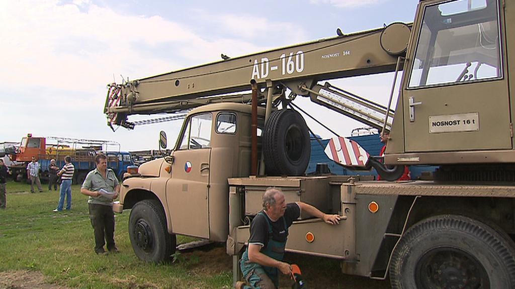 Zájemci si prohlížejí armádní autojeřáb