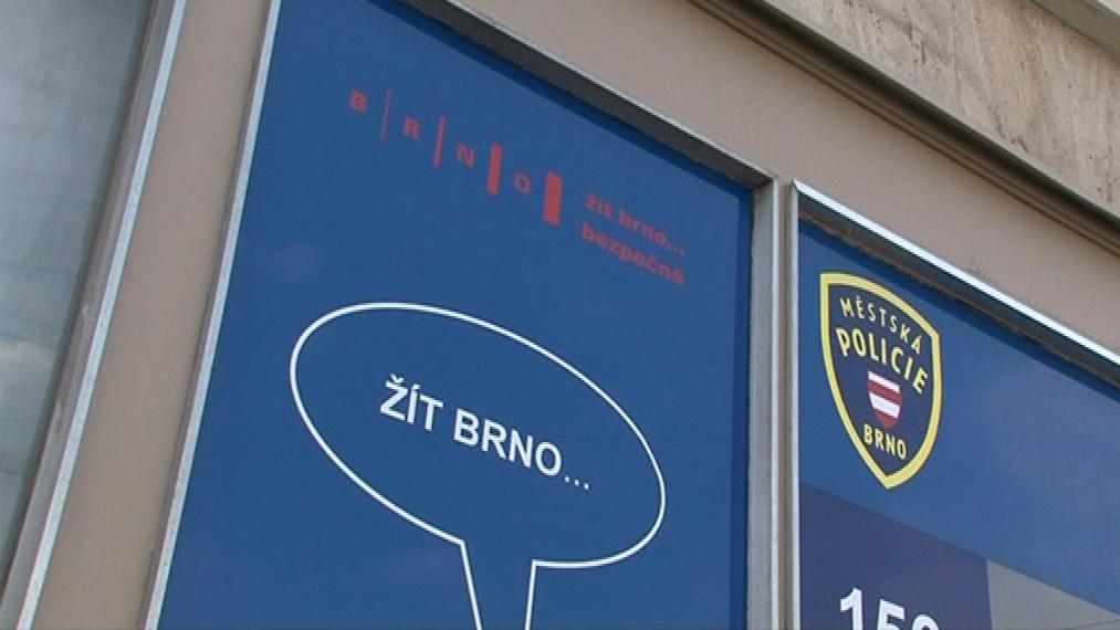 Městská policie vylepila slogan do výlohy preventivního centra