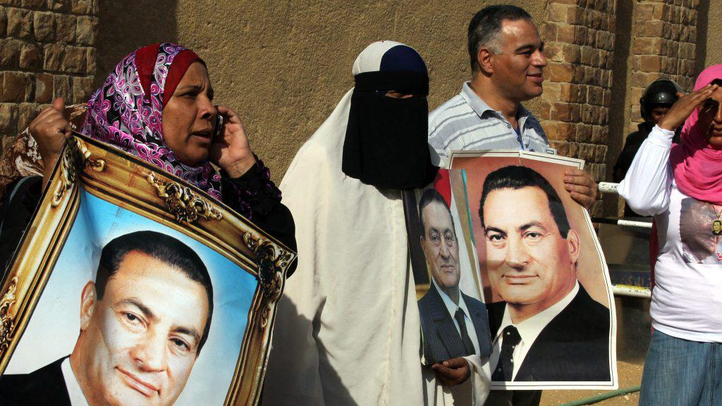 Mubarakovi příznivci před budovou soudu